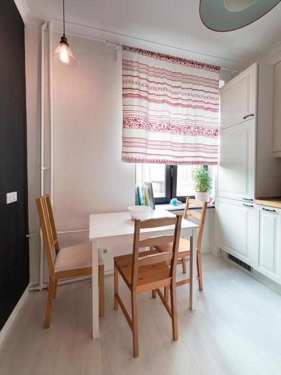 Vandret stribet gardin i indersiden af et lille køkken.