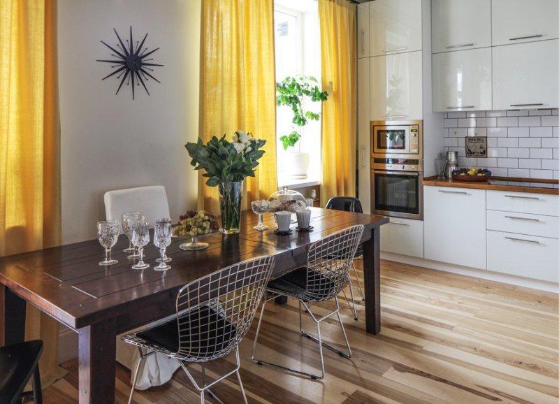 Gul gardiner i køkkenets indre