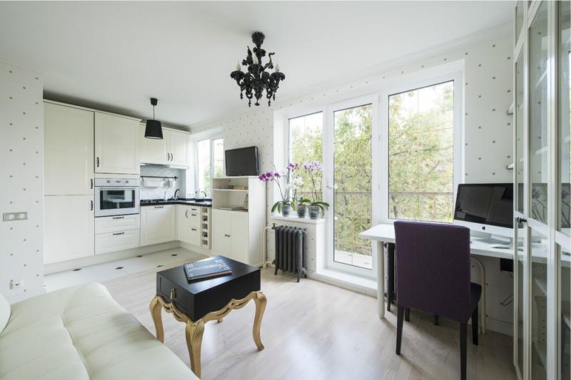 Bílé tapety v interiéru malé kuchyně