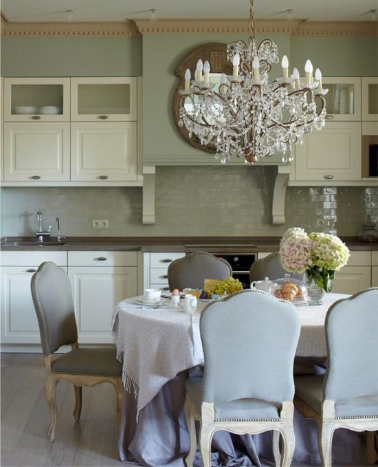 L'intérieur de la cuisine-salle à manger dans un style classique.