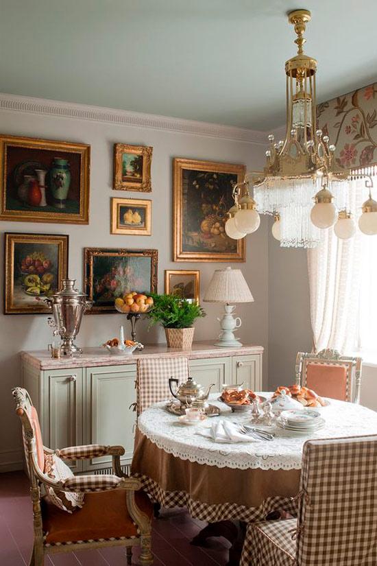 Cage de Vichy à l'intérieur d'une salle à manger classique