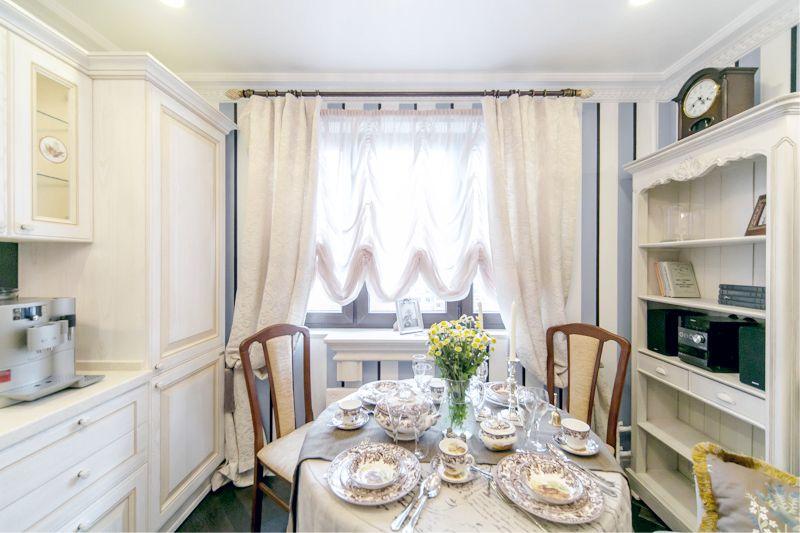 Pruhované tapety v interiéru kuchyně
