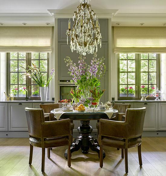 Le principe de symétrie à l'intérieur de la cuisine à la manière d'un classique