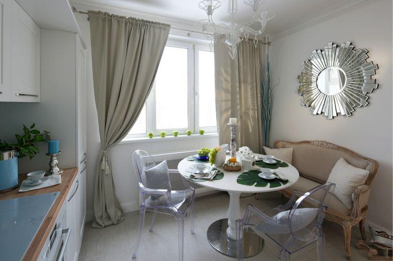 Chaises transparentes à l'intérieur néoclassique de la cuisine