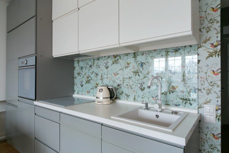 Průhledná skleněná zástěra v interiéru kuchyně