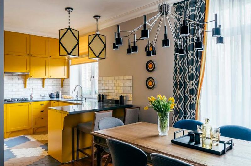 Gardiner i det indre af køkken-stuen