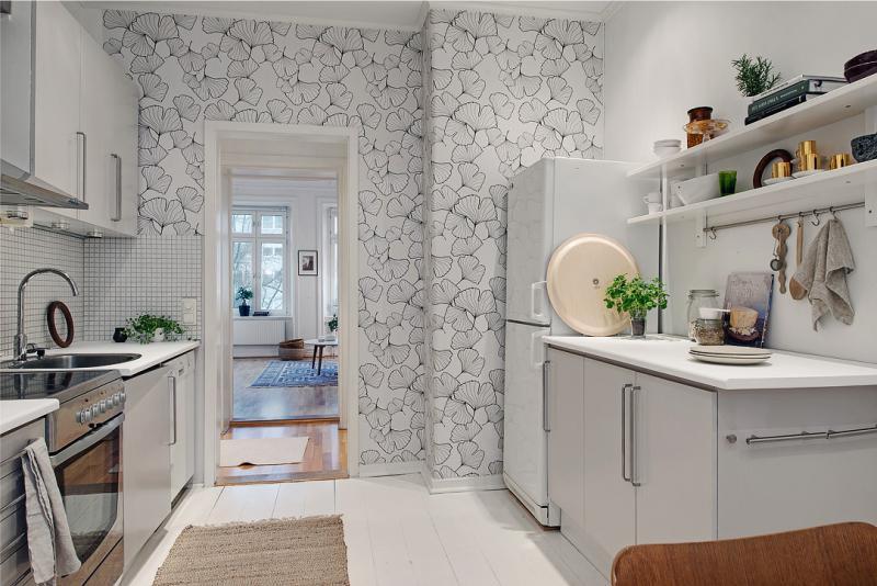 Moderní interiér kuchyně s tapetou.