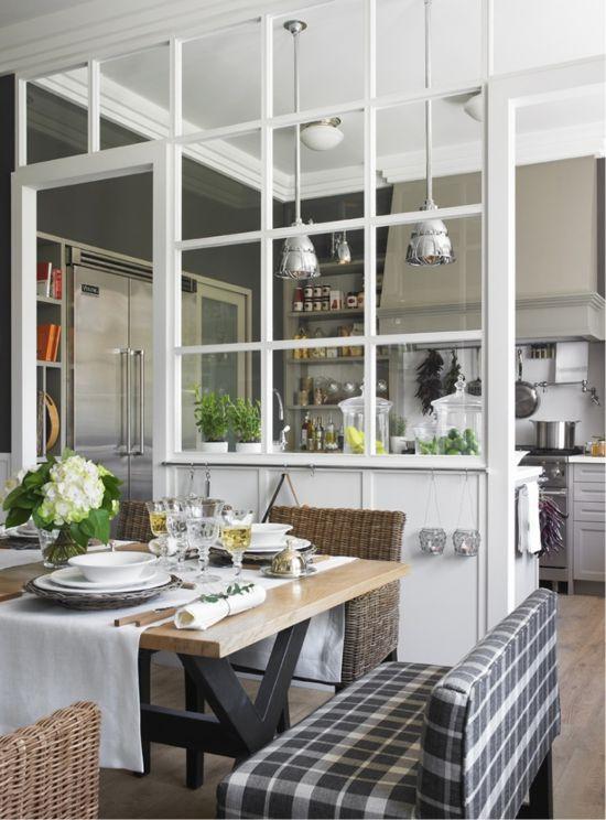 Glas skillevæg i det indre af køkken-spisestue