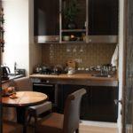 Tuiles beige porc dans la cuisine avec un comptoir en bois