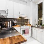 Tablier noir à l'intérieur de la cuisine blanche