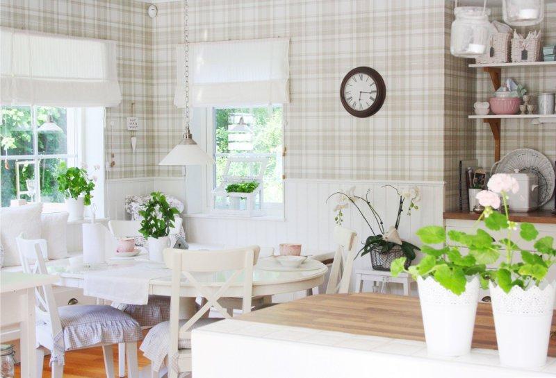 To vinduer i køkken-spisestue med sofa