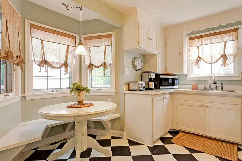 To vinduer i køkkenet