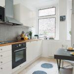 Tablier en tuiles rectangulaires non standard dans un intérieur de cuisine moderne