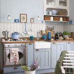 Cuisine bleue de style provençal avec plateau en bois