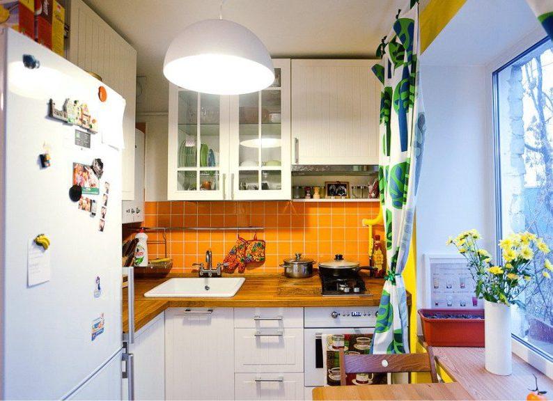 Intérieur de cuisine moderne avec comptoir en bois