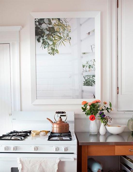 מציירת את החלון במטבח