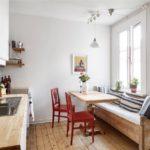 Chaises rouges à l'intérieur de la cuisine avec plateau en bois