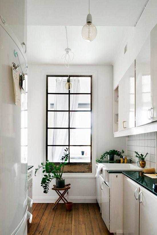 מטבח עם חלון פנימי בחדר האמבטיה