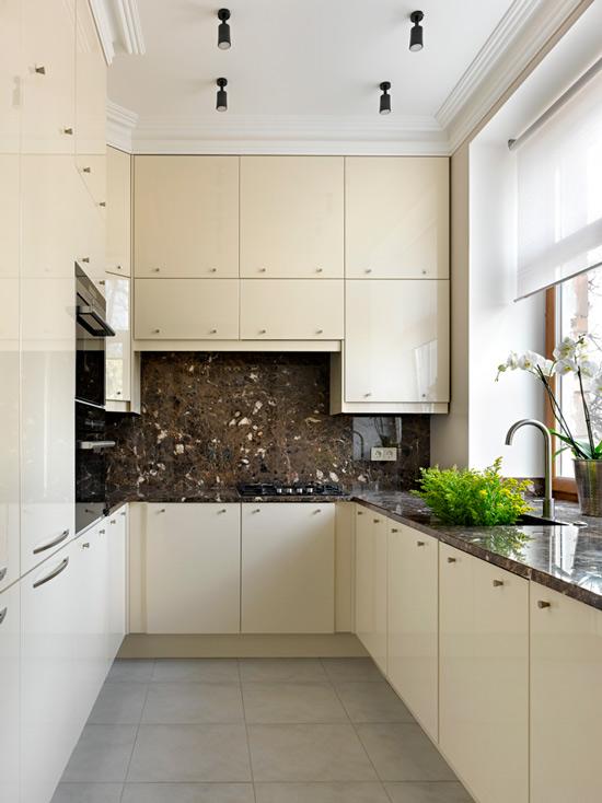 Køkken med vask i vindueskarmen