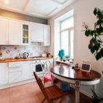 Tablier de cuisine de style patchwork dans la cuisine avec comptoir en bois