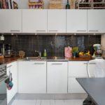 Tablier de mosaïque dans la cuisine moderne avec comptoir en bois