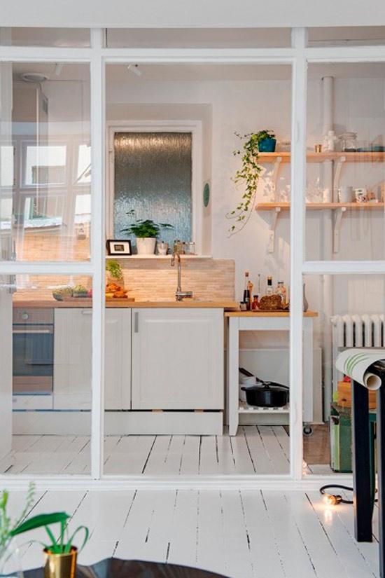 מחיצת זכוכית בגומחה במטבח