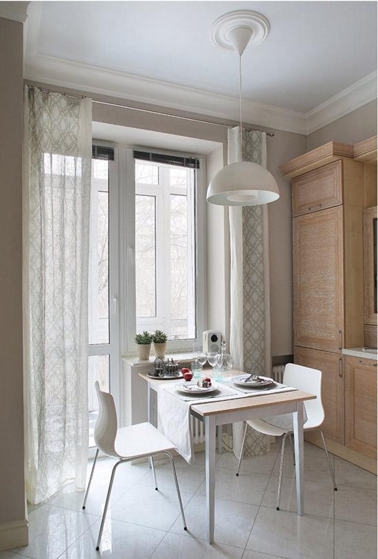 Mesa junto a la ventana de la cocina.