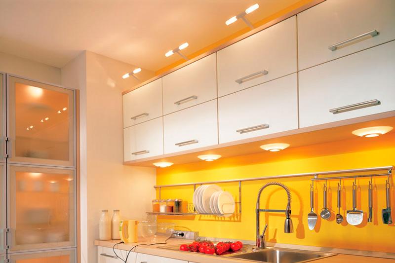 סינר צהוב במטבח בלי חלון