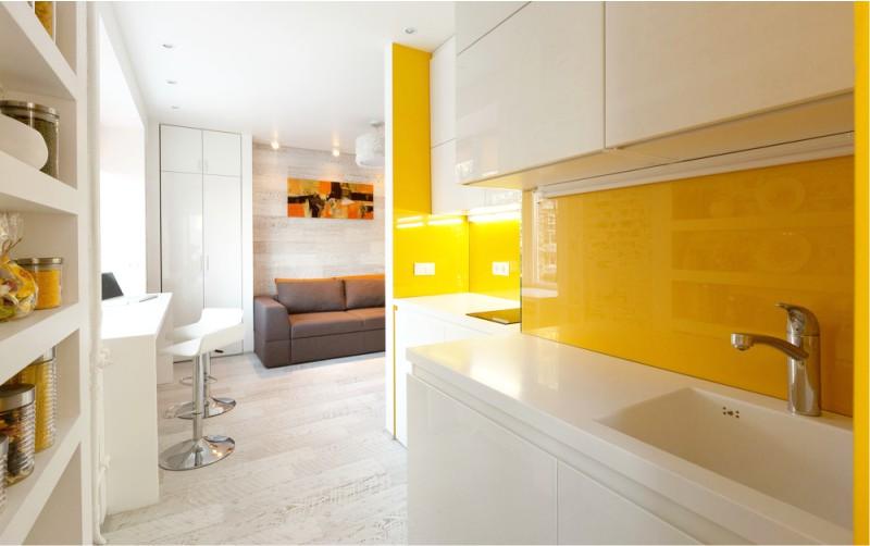 סינר צהוב במטבח