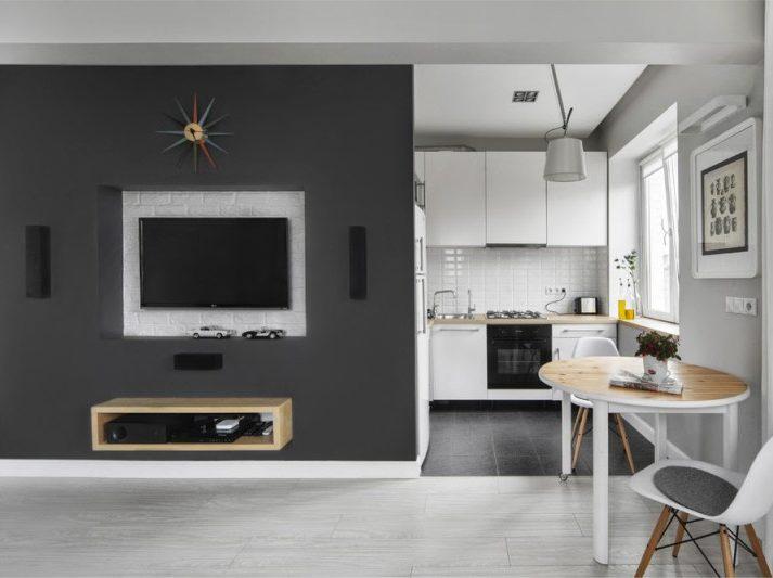ייעוד המטבח בסטודיו באמצעות קורות התקרה