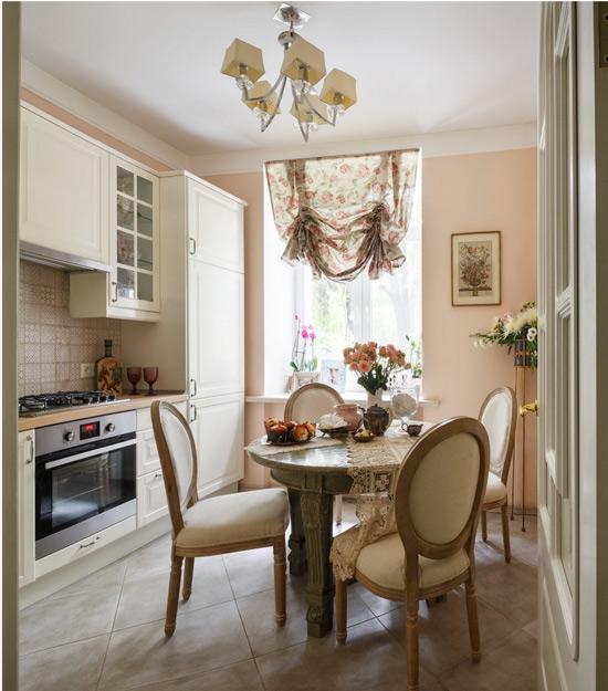 Klasik tarzda mutfak-yemek odası
