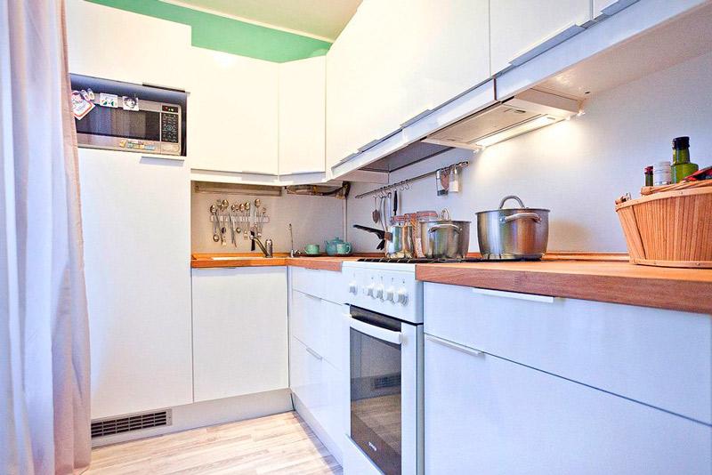 Küçük buzdolabı ile küçük mutfak