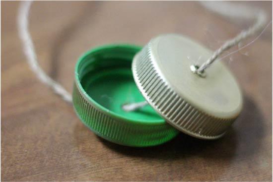 Gør børns håndværk fra plastikhætter