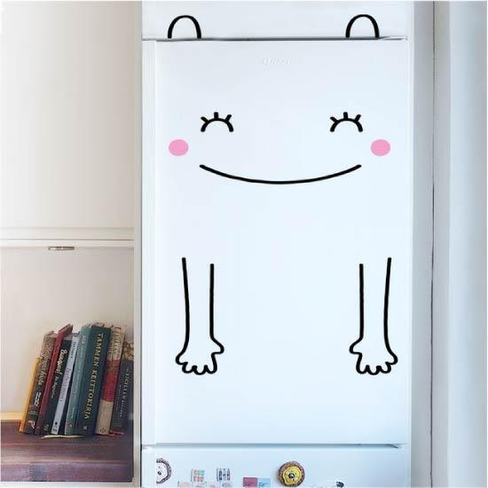 Buzdolabının üzerindeki çıkartmalar