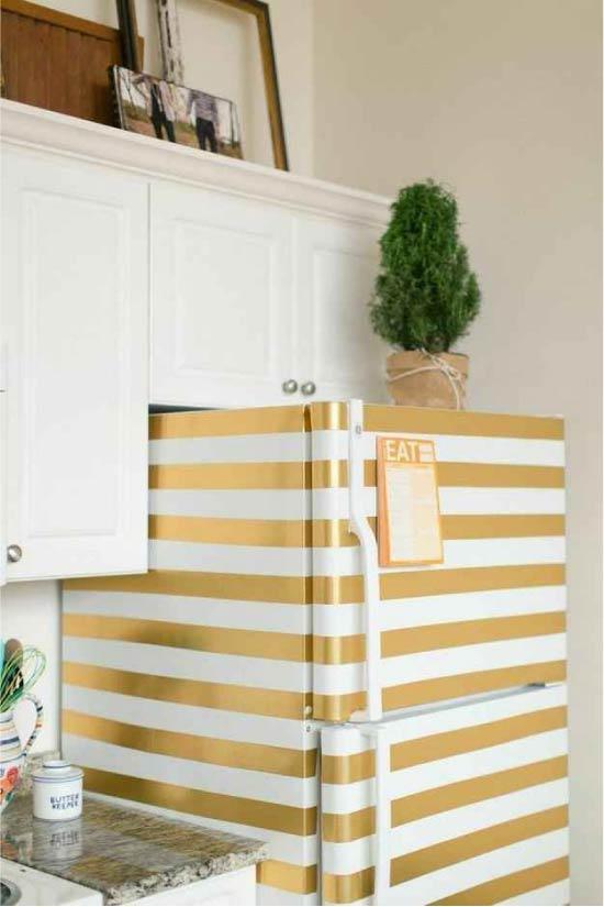 צובעים את המקרר עם פסים באמצעות קלטת מיסוך