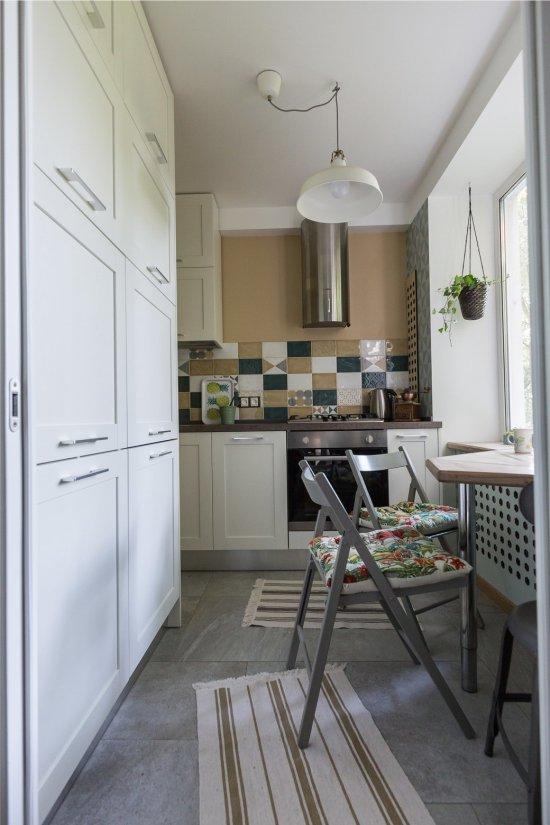 Küçük bir mutfakta gömme buzdolabı