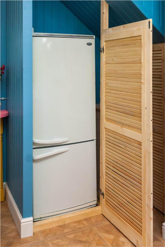 Merdivenlerin altındaki buzdolabı