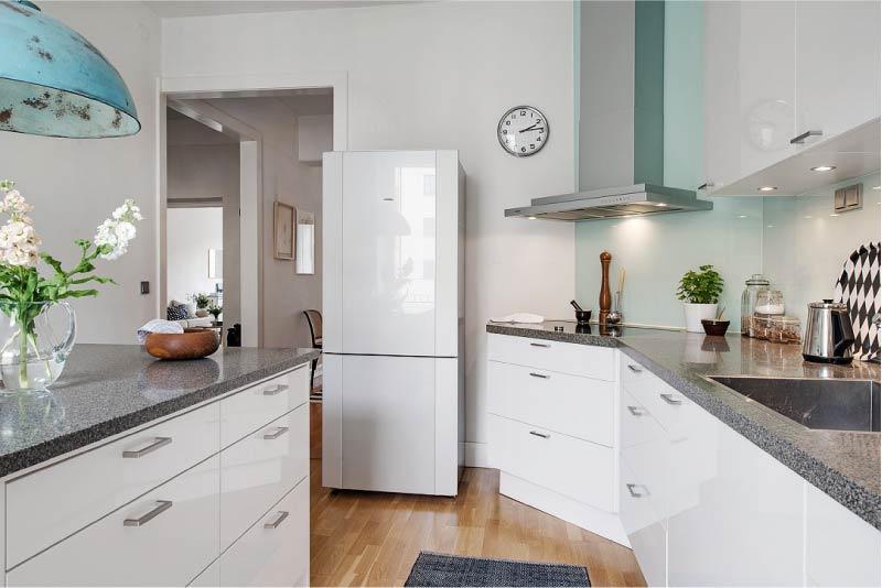 Kapının yanında Buzdolabı