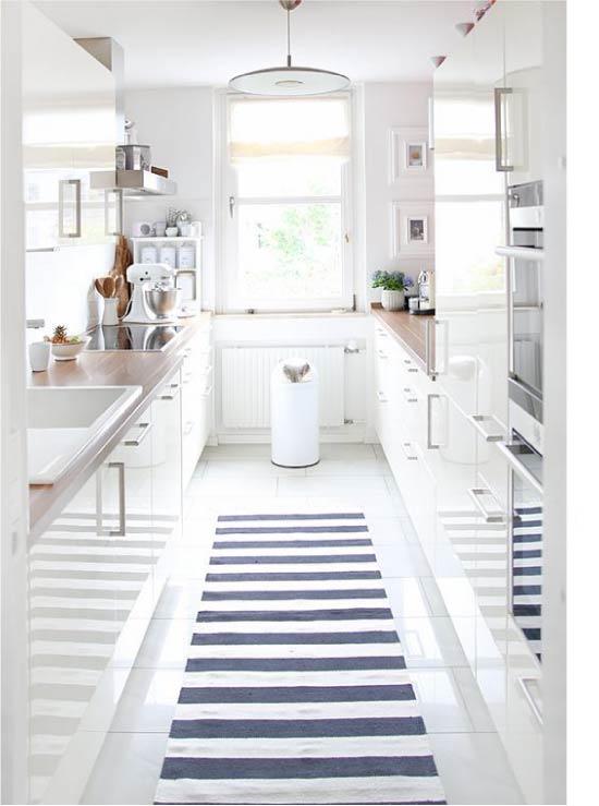 Fehér, fényes konyha kétsoros elrendezéssel