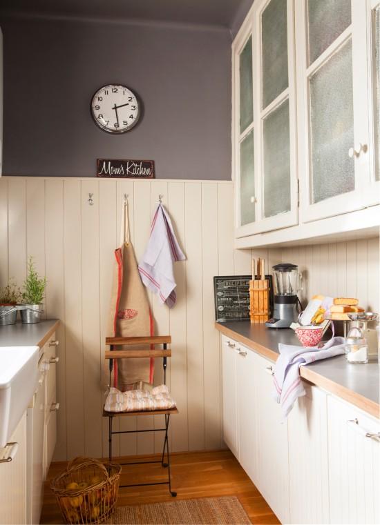 A kétsoros konyha üres fala