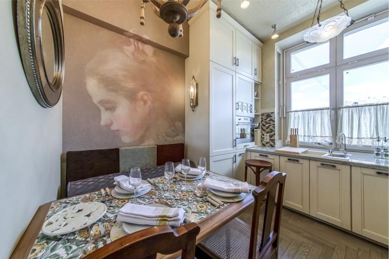 מטבח עם הכיור ליד החלון
