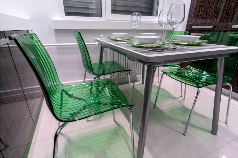מטבח עם פריסה מקבילה ושולחן במרכז.