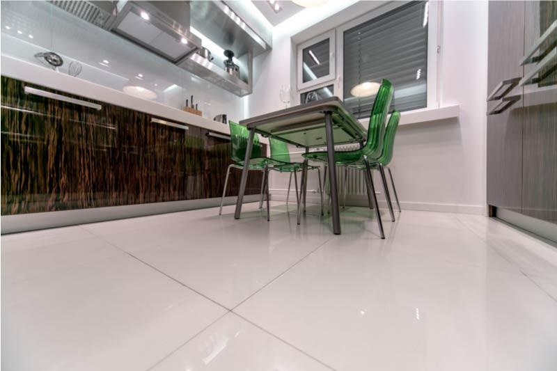 A párhuzamos elrendezésű konyha és egy asztal a központban.