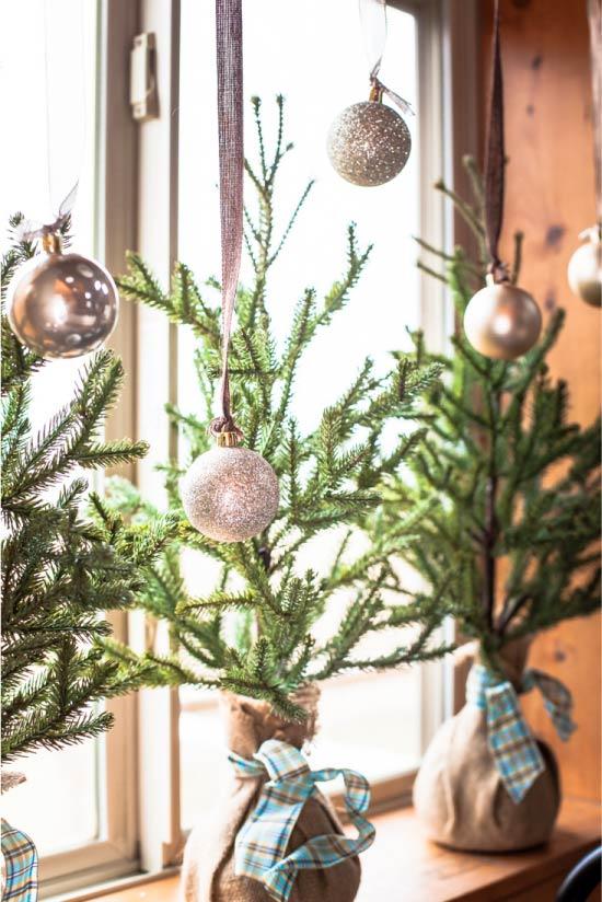 Mini karácsonyfák az ablakon