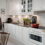 Egy soros konyha 13,7 négyzetméteres területtel. m