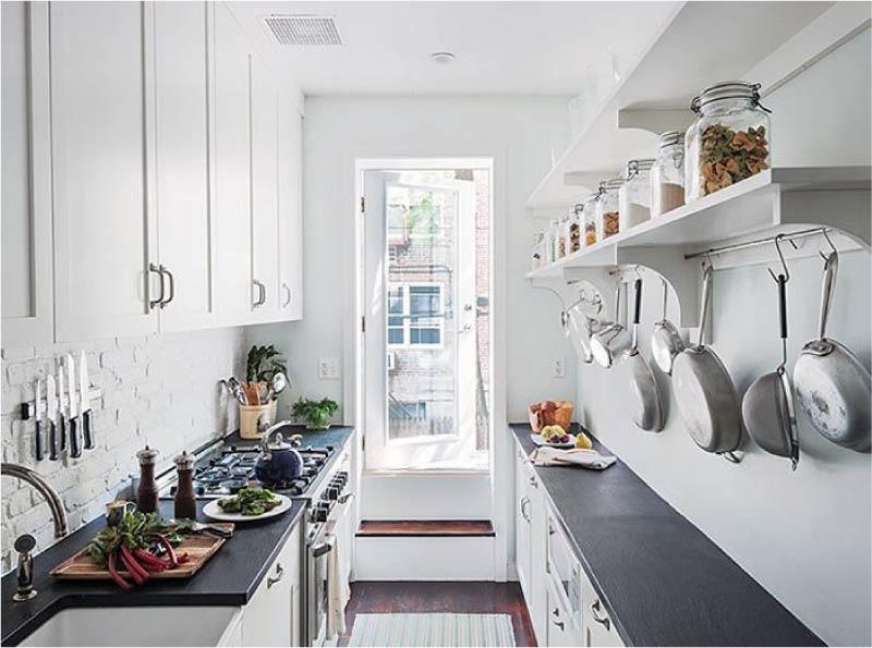 Nyissa meg a polcokat egy kétsoros konyhában