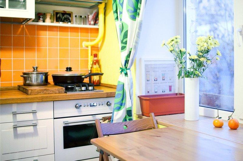 אדן עם שולחן מתקפל במטבח בחרושצ'וב