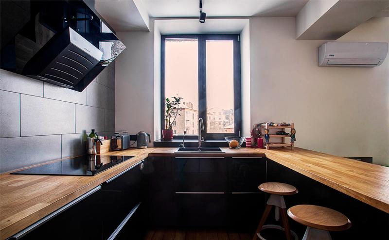 מעל הארונות של המטבח