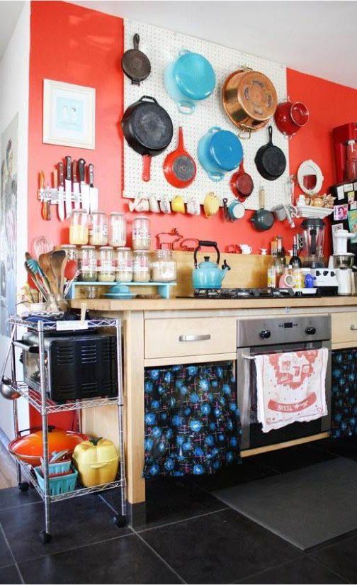 קיר של דברים במטבח על לוחות מחוררים