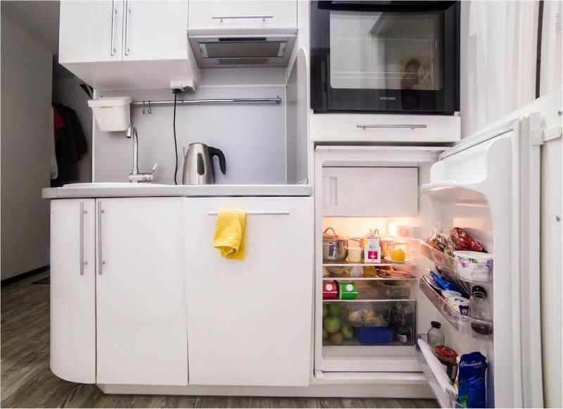 Beépített mini hűtőszekrény a közvetlen konyha belsejében